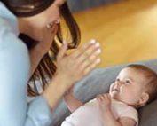 اشاره-کردن-دست-زدن-و-دست-تکان-دادن-کودک