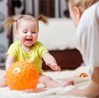 بازی-کردن-کودک-با-توپ