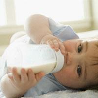نگهداشتن شیشه شیر توسط نوزاد
