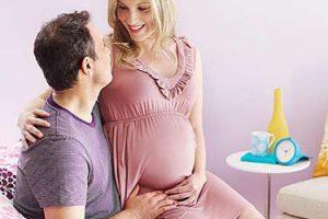 تبریک میگوییم؛ به انتهای دوران بارداری رسیدهاید و حالا زمان زایمان خیلی نزدیک است. تنها کاری که باقیمانده در آغوش گرفتن نوزادتان است! حالا که خیالتان تقریبا راحت شده چه چیزی جذابتر از یک رابطه عاشقانه با همسرتان وجود دارد؟ اما آیا رابطه جنسی در هفته آخر بارداری مجاز است؟ اگر چنین است داشتن مشغولیت باعث گذشت بهتر زمان بارداری میشود؟ خیلی از خانمها در مورد نزدیکی در هفته آخر بارداری تردید دارند و از آن میترسند. در ادامه همه نکات لازم در مورد سکس در هفته 40 بارداری و اثر آن بر بارداری و جنین ذکر شده است.